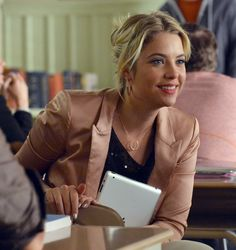 Hanna's blush pink blazer and crescent necklace on Pretty Little Liars Pretty Little Liars Mode, Pretty Little Liars Outfits, Pink Blazer Outfits, Pll Outfits, Hanna Marin, Girl Thinking, Victoria, Fashion Tv, Spring Fashion