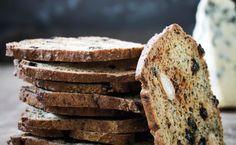 """Et meget nemt brød at røre sammen og bage, da det ikke skal hæve. Det kan spises som et almindeligt brød, eller tørres i tynde skiver. De smager forrygende godt til oste, eller til en kop te som en lille sund """"kage"""". Den fine smag kommer fra birkes, mandler og korender og kamut-mel, som er en gammel hvedesort. Du kan evt. bruge speltmel i stedet"""