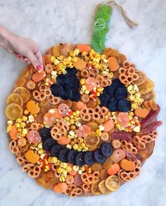 Halloween Appetizers For Adults, Entree Halloween, Scary Halloween Food, Halloween Party Themes, Halloween Candy, Easy Halloween, Halloween Decorations, Halloween Makeup, Halloween Costumes