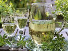 Bowle mit Waldmeister ist ein Rezept mit frischen Zutaten aus der Kategorie Kräuter. Probieren Sie dieses und weitere Rezepte von EAT SMARTER!