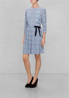 & Other Stories 550 SEK Created with a figure-emphasising cut, this comfortable dress has a blossom print and decorative details. A buttoned front and a color contrasting drawstring are combined with bracelet sleeves.