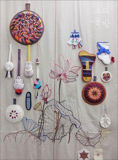 Korean Traditional, Traditional Design, Arts And Crafts, Diy Crafts, Korean Art, Loom Weaving, Cutwork, Textile Art, Painting & Drawing