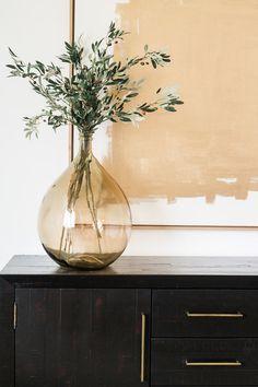 Akin design studio ironhorse master bedroom gold and greenery. Gold Interior, Home Interior Design, Interior And Exterior, Exterior Design, Home Office Simples, Bedroom Walls, Master Bedroom, Bedroom Modern, Bedroom Ideas