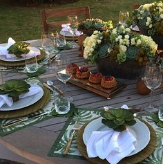 Doces Inspirações para suas festas e sua Vida ! Table Setting Design, Elegant Table Settings, Table Setting Inspiration, Table Arrangements, Table Centerpieces, Mesa Exterior, Green Table, Boho Home, Table Centers