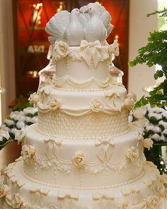 Como escolher o bolo de casamento perfeito! Pode parecer algo simples, porém não é ! afinal quando o assunto é detalhes para o casamento tudo deve estar impecável desde o convite , até o bolo de ca…