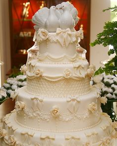 Bolo de quatro andares com detalhes em relevo de laços e flores; da Piece Of Cake (www.pieceofcake.com.br), a partir de R$ 1.600. Disponibilidade e preço pesquisados em dezembro de 2013 e sujeitos a alteração