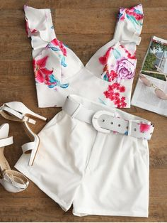 ZAFUL: Bralette Ruffle Top And Belted Floral Shorts Set White shorts with floral white belt - Amazing. Belted Shorts Outfits, Older Women Fashion, Womens Fashion, Pretty Outfits, Cute Outfits, Mode Rockabilly, Bralette Tops, Floral Shorts, White Shorts