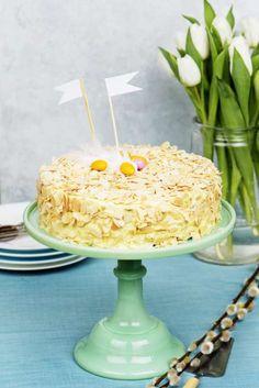 Låt det smaka med en magnifik mandeltårta! I tårtan finns förutom mandlar, även, konjak, apelsin och citronsaft.