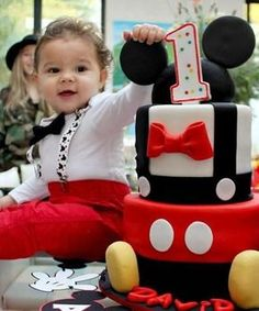 Mickey Mouse Geburtstagsfeier Ideen und Outfit Inspiration - Mickey Mouse First Birthday Party Ideas and Outfits - kuchen kindergeburtstag Mickey Birthday Cakes, Birthday Cake Kids Boys, Mickey Mouse Birthday Decorations, Mickey 1st Birthdays, Mickey Mouse First Birthday, Theme Mickey, Mickey Mouse Clubhouse Birthday Party, Mickey Cakes, Baby Boy First Birthday