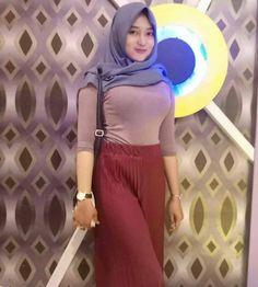 Suci Andini Hijab Smile From Bogor - Angel Hijaber Hijab Chic, Hijab Style, Casual Hijab Outfit, Beautiful Hijab Girl, Beautiful Muslim Women, Hijabi Girl, Girl Hijab, Cute Asian Girls, Cute Girls