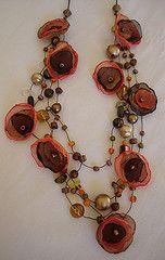 collares con flores de tela - flowers using lightweight fabrics Textile Jewelry, Fabric Jewelry, Wire Jewelry, Jewelry Crafts, Jewelry Art, Beaded Jewelry, Jewelry Design, Bijoux Fil Aluminium, Fabric Necklace