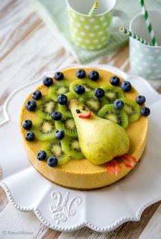 Hedelmäsmoothie-kakku Tämä vitamiinipommi on hedelmäinen versio suositusta smoothie-kakusta. Mangosta, banaanista, appelsiinista ja päärynästä tehty täyte on raikas ja terveellinen.