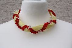 Hier zeige ich Euch einen außergewöhnliche Kette aus Filzband in gelb, Borte in rot und Satin- und Perlenband in creme. Zusammengehalten wird alles mit einem Kappelverschluss in gold und passendem...