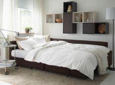 Una cama de matrimonio, un sofá y un chaise longue de tu estilo
