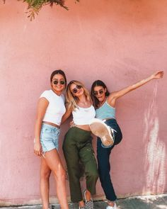 bff poses boy and girl Best Friend Poses, Three Best Friends, Cute Friends, Poses With Friends, Friend Picture Poses, Friends Photo Shoot, Photoshoot With Friends, Friends Shirts, Girls Best Friend