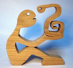 altura: 12 cm ancho: 12cm espesor: 20 mm madera: haya (o no) corte con una sierra a Marly, lijado a mano, dibujado a lápiz Él es un hombre y una serpiente, miran con sus ojos