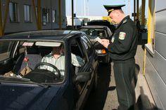 В Херсонской и Запорожской областях введен особый пропускной режим для автомобилей. До 300 пограничников сформировали постоянные блок-посты и контролируют движение людей и транспорта в обоих направлениях.