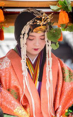 葵祭(aoi-matsuri)2015斎王代(saioudai) KYOTO,JAPAN A woman dressed in junihitoe Japanese Costume, Japanese Kimono, Traditional Fashion, Traditional Outfits, Japanese Beauty, Asian Beauty, Heian Era, Heian Period, Matsuri Festival
