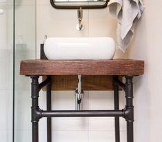 DIY: Uma bancada pro lavabo com estrutura de ferro de condução e madeira de reaproveitamento no tampo #bathroom #banheiro #ládecasa #diy #façavocêmesmo #decor #industrial #decorsção