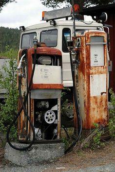 Bjugn, mai 2004: To meget velbrukte, men brukbare pumper på bilopphuggeriet på Ny Jord. Her var det tidligere bensinstasjon. Pumper og lyktstolpe står fortsatt