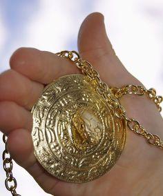 """Das magische Amulett des Fantasy-Romans """"Der siebte Kristall"""" von Autor Wolfgang Zickler, erschienen im Verlag Safeline-Media GmbH, Dortmund, Germany"""