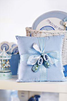 Üzerinde bebek patikleri ve çorapları bulunan bu altın yastığı daha sonrasında da bebeğinizin yatağında çok severek kullanacağınız bir aksesuar olacak. Baby Pillows, Throw Pillows, Sewing Pillows, Baby Needs, Baby Shower Favors, Decorative Pillows, New Baby Products, Embroidery Designs, Diy And Crafts