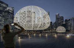 Un team di 50 persone ha messo degli enormi lavori all'uncinetto sulla Marina di Singapore