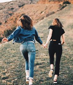 We like this shot because it feels adventurous and 'in-the-moment'. I also like the movement captured but without too much blur. Best Friends Shoot, Best Friend Poses, Cute Friends, Cute Friend Pictures, Friend Photos, Friend Senior Pictures, Girl Photo Poses, Girl Photos, Sister Photos