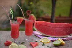 Smoothies are not only yummy, but they can be beneficial for your health as well when made with the right ingredients. From fruit smoothies to green smoothies, there are many ways to make smoothies… Watermelon Smoothies, Eating Watermelon, Watermelon Rind, Hot Desserts, Natural Colon Cleanse, Cucumber Juice, Juicing Benefits, Health Benefits, Jus D'orange