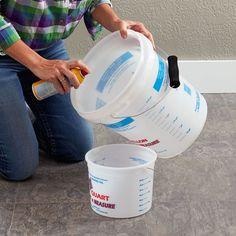 Cubra o balde com spray de cozinha.