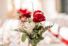 Günstige Hochzeitsblumen. Die Vase wurde unten im Wasser mit einer weiteren Rose und Grün gesteckt.
