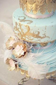 queenbee1924:  (via blue and gold cake with feathers | Feathers & fluff)