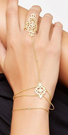 Filigree hand chain love these! Slave Bracelet, Hand Bracelet, Hand Jewelry, India Jewelry, Mode Bcbg, Ideas Joyería, Hand Accessories, Hand Chain, Looks Style