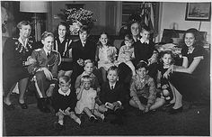 Picture of Franklin D. Roosevelt and Eleanor Roosevelt with thirteen of their grandchildren, in 1945.
