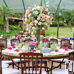 Móveis de madeira e flores delicadas ficam lindos para um casamento ao ar livre♡