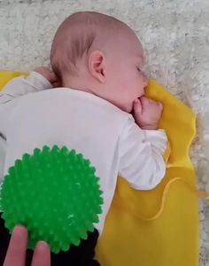 Having trouble getting baby to relax? Sensory balls provide a gentle way to massage and relax baby. #baby #sleep (Photo: @esztrk)