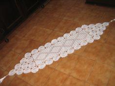 Confeccionado manualmente com linha em crochê , maravilhoso caminho que vai valorizar sua decoração. Fácil lavagem e secagem. Não é necessário passar. Pode ser confeccionado em outras cores.