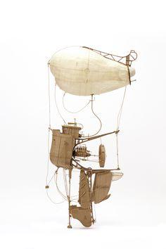 Depuis la dernière fois que j'avais parlé de lui il y a deux ans l'artiste australien Daniel Agdag a continué a créer des sculptures de machines volantes fantastiques en carton pleines de détails minuscules.