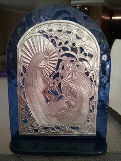 Nacimiento repujado en aluminio sobre vidrio azul Pewter Art, Pewter Metal, Christmas Nativity, Winter Christmas, Nativity Scene Sets, Nativity Scenes, Aluminum Foil Art, Metal Embossing, O Holy Night