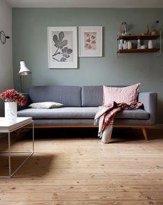 Diese Farben mag ich gerade so gerne und seit ein paar Wochen haben wir endlich auch ein neues Sofa (das steht mal so und mal so herum). Das Bild ist schon etwas älter, aber gerade schaffe ich es nicht im Hellen zu fotografieren. Habt alle einen schönen Abend!!!