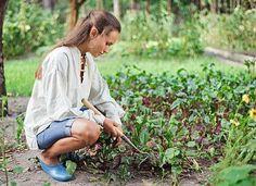 Restos de comida, folhas secas e até guardanapos podem servir de adubo para o seu jardim. Descubra como fazer uma composteira em casa e diminua o volume do seu lixo em até 90%