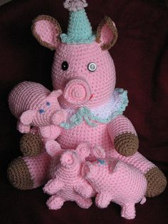 Crochet Mom Pig with piglets. This made me think of a few ppl I could make these for!