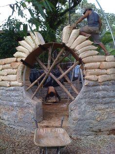 La construcción de una comunidad sostenible en Costa Rica con bolsas de tierra.