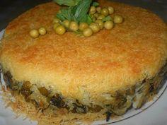 Kadayıflı Bezelyeli Pilav                          200 gram taze tel kadayıf  2 yemek kaşığı tereyağı  Pilav İçin 1 su bardağı pilavlık pirinç (ıslatılmış)  1 yemek kaşığı tereyağı  1,5 su bardağı su (veya et suyu)  1 çorba kaşığı dolmalık fıstık  1 çorba kaşığı kuş üzümü  1 yemek kaşığı tereyağ veya margarin  1 kase haşlanmış veya konserve bezelye  1/2 demet ince kıyılmış dereotu  1/2 demet incecik kıyılmış yeşil soğan  Tuz, karabiber