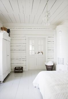 I'm the color queen but when it comes to all white painted rooms there is just something about it I can't resist.