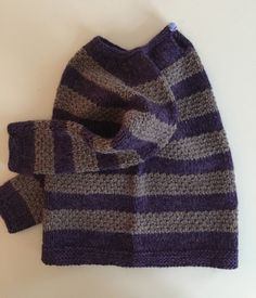 Str. ca 2 år. Sweater med en lille slids i nakken. Strikket oppefra og ned (topdown) Sweateren er strikket med 2 tråde igennem ...