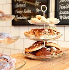 Kekse und Zimtschnecken auf IKEA 365+ Etagere aus Klarglas und Edelstahl