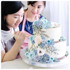 Repost ivenoven Can't wait to upload my new video while making this cake on youtube. You can subscribe to ivenoven channel. Both of us will share how to make this tiered flower cake at @elmondolcdeclaudia school, Barcelona on next April. Please check her website for more info. 💕