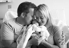Todos os dias vemos ensaios super fofos de pais com seus filhos recém-nascidos. As imagens são sempre cheias de amor e delicadeza e costumam mostrar os momentos mais bonitos que ocorrem após o nascimento de um novo bebê. Mas uma fotógrafa de Minesota, nos Estados Unidos, decidiu mostrar os primeiros momentos de um bebê adotivo com sua nova família. Kristen Prossersempre quis realizar um ensaio do gênero, mas nunca imaginou que acabaria registrando a chegada da filha de um casal de amigos…