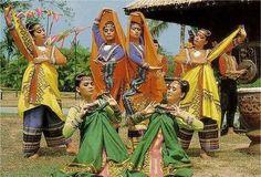 The Malong Costume Originated In Maranao, Maguindanao & T'boli Mindanao. Philippines Culture, Philippines Travel, Filipino Culture, Filipino Art, Filipiniana, Mindanao, Tagalog, Tourist Spots, World Cultures